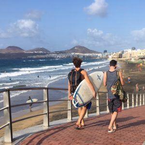 Surffaus eli lainelautailu on suosittua Las Palmasissa.