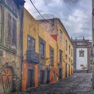 Las Palmasin vanhakaupunki Vegueta. Idyllisillä kujilla voi kuvitella itsensä menneisyyteen.