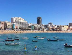 Las Palmasin kesä on miellyttävän lämmin. Las Canteras.