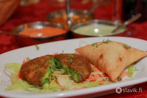 Hyvä intialainen ravintola Best of India, Calle José Franchy Roca, 13, 35007 Las Palmas. Alkupalat kasvispihvi ja kanasamosa.