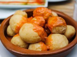 Tyypillinen kanarialainen ruoka: ryppyperunat mojo-kastikkeella