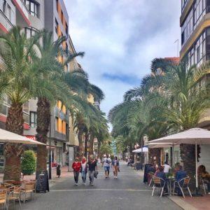 Calle Luis Moroten varrella on pieniä kauppoja, kahviloita ja baareja. Las Palmasin ostoskadut.