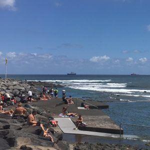 Luonnon merivesialtaat Las Palmasissa La Laja -hiekkarannan tuntumassa.