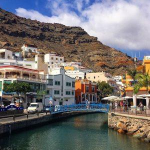 Puerto de Mogan sijaitsee vuorten suojassa.